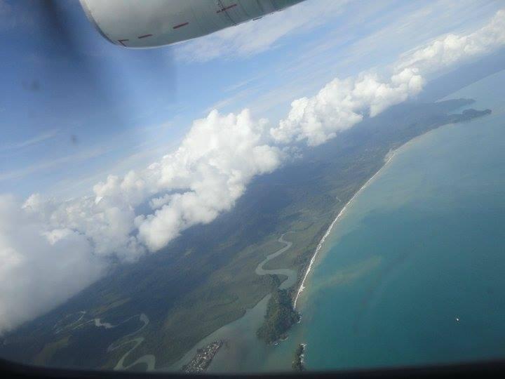 Foto tomada desde el avión al corregimiento de El Valle municipio de Bahía Solano. Se aprecia la desembocadura de dos ríos al mar y parte de la espesa selva verde.